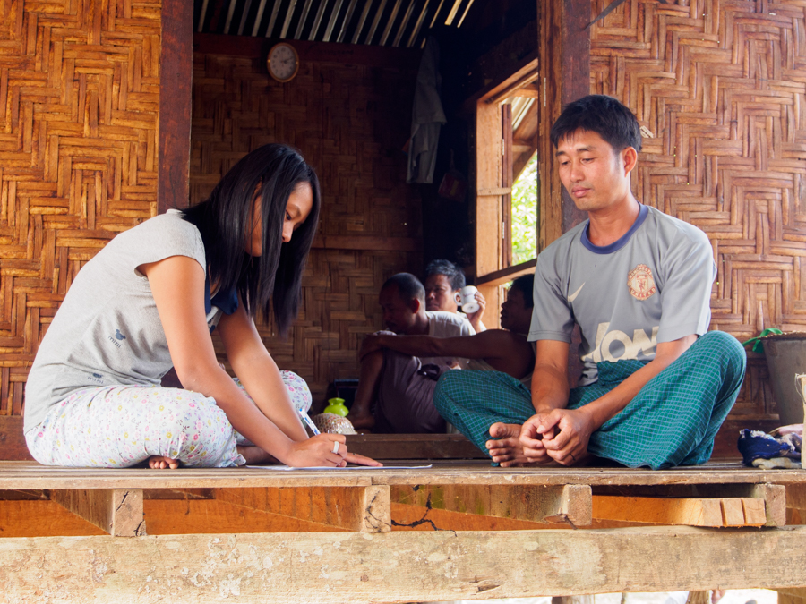 FFI Mitarbeiterin bei der Befragung eines lokalen Fischers